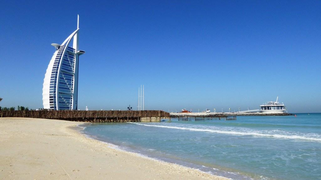 """Hotel Burj-Al-Arab """"Turm der Araber"""" am Jumeirah Strand  ist eines der luxuriösesten und teuersten Hotels der Welt. Mit einer Höhe von 321 Metern ist es das vierthöchste Hotelgebäude der Welt."""
