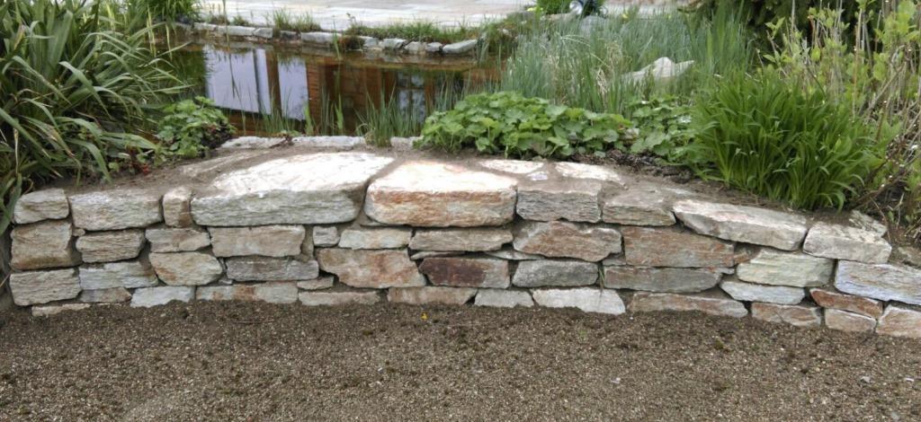 Trockenmauersteine vermauert
