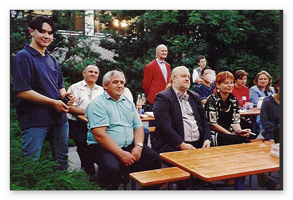 Von links: Fejzi und Vater (links hinten) mit Staranwalt Mühlberger im Vordergrund Bildmitte