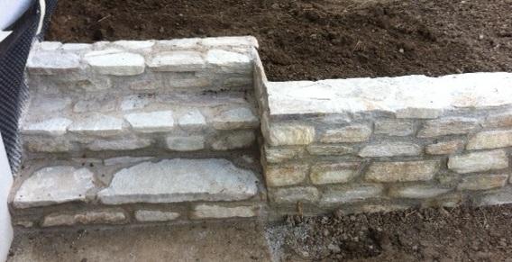 Mauersteine und Stufenplatten
