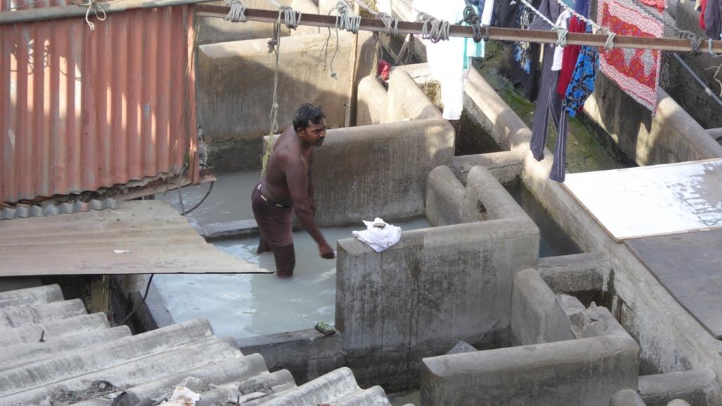 Arbeit in knietiefer Lauge Im Anschluss wird die Wäsche auf den Wohnhütten der Arbeiter zum Trocknen ausgebreitet. So funktioniert Indien !