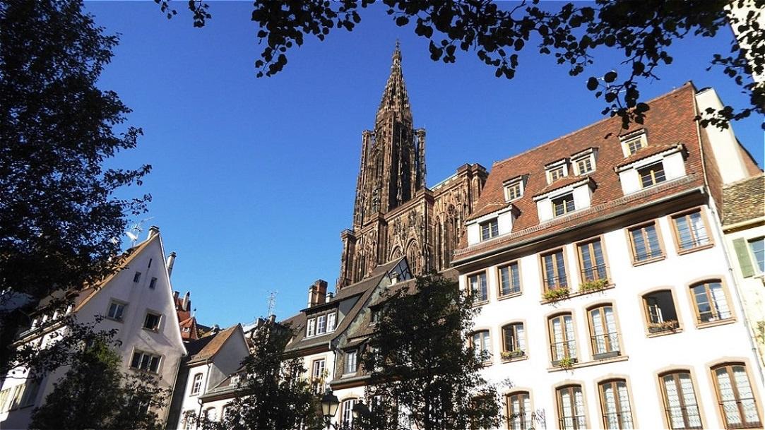 Hinter dem mittelalterlichen Ferkelmarkt erhebt sich der 142 Meter hohen Nordturm