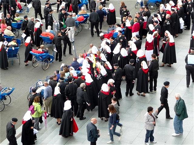 Hoffnung auf Heilung - Mitglieder des Malteserordens betreuen die Kranken