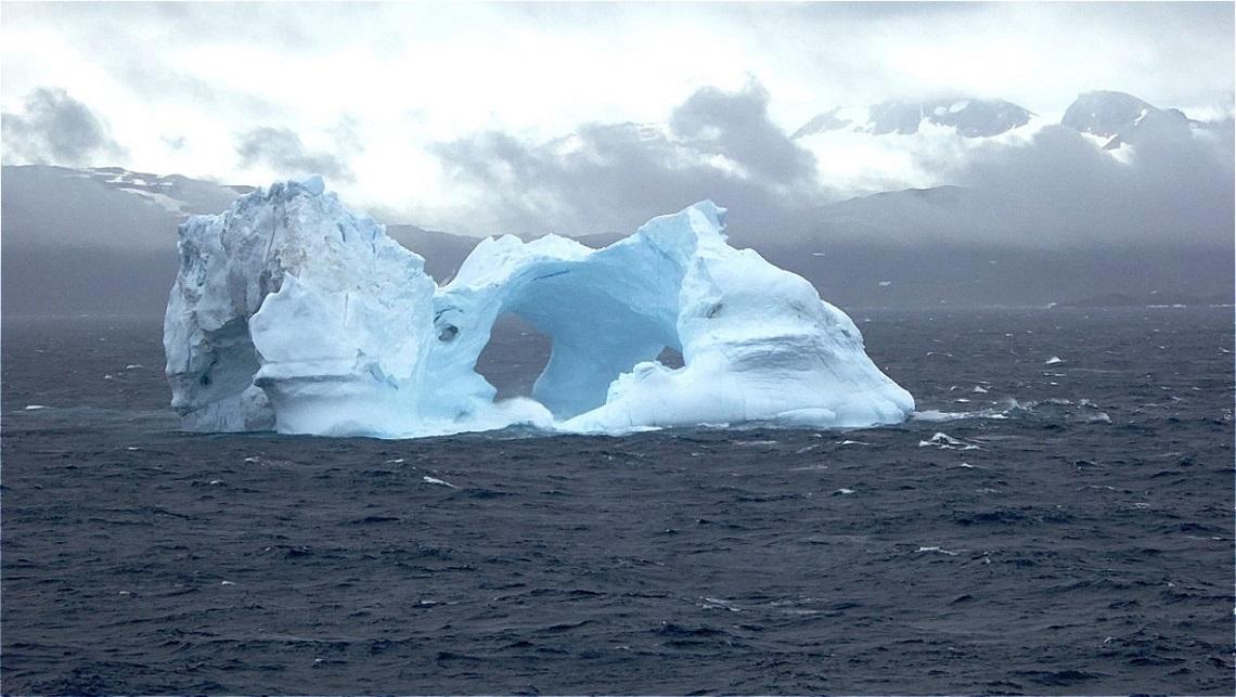 Große Eisberge empfangen uns !