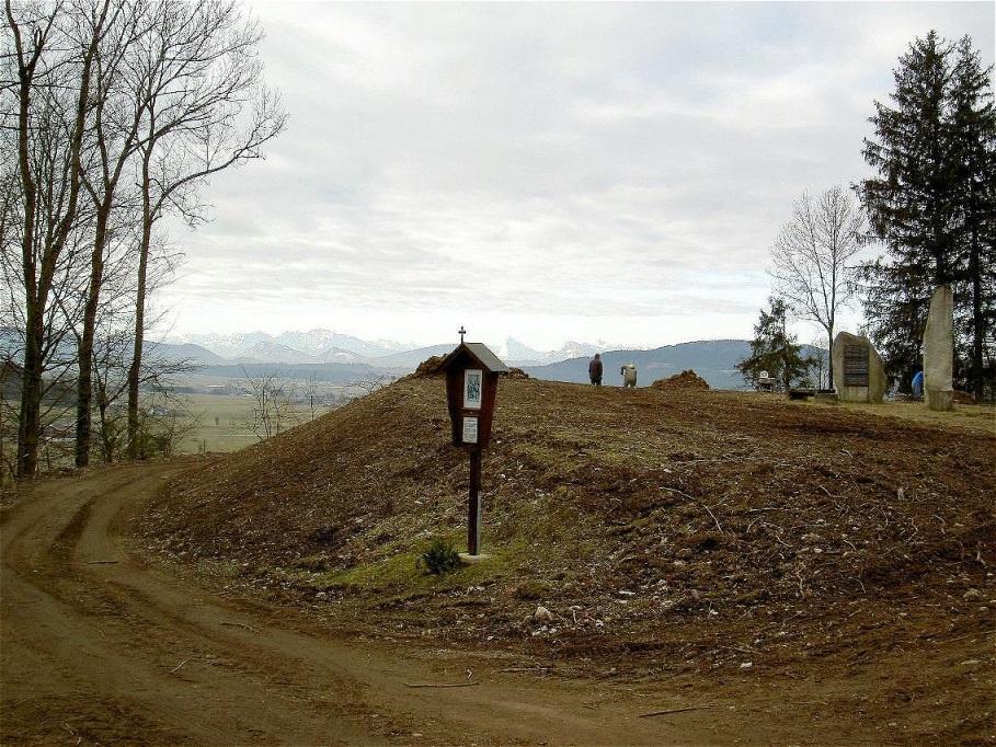 19. Februar 2008 - der Burgstall wird mit Dünger für die Bepflanzung vorbereitet