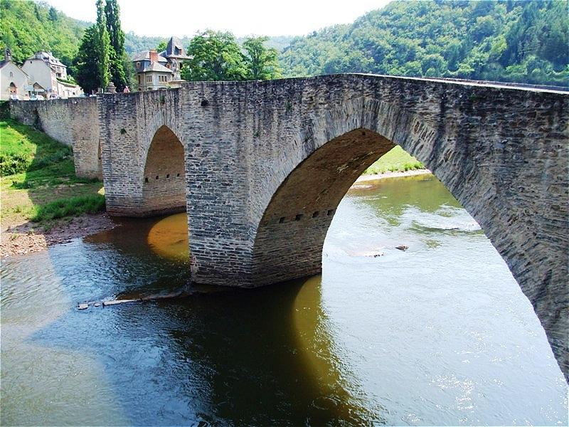 Die alte Brücke über den Lot mit ihren vier steinernen Bögen entstand zu Beginn des 16. Jahrhunderts