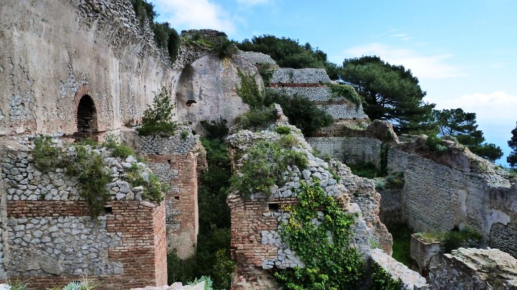 Reste der prunkvollen Villa des Kaiser Tiberius. Die Villa Jovis befindet sich auf der östlichen Spitze Capris direkt an der Steilküste