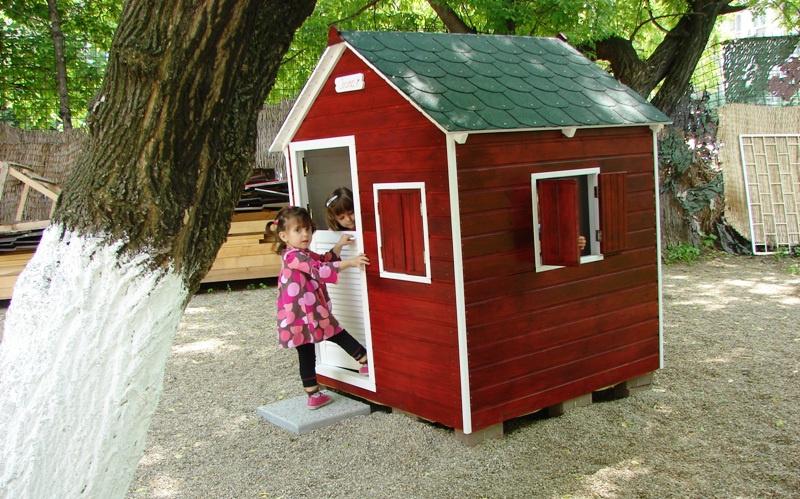 Fetițe jucându-se în căsuța Heidi