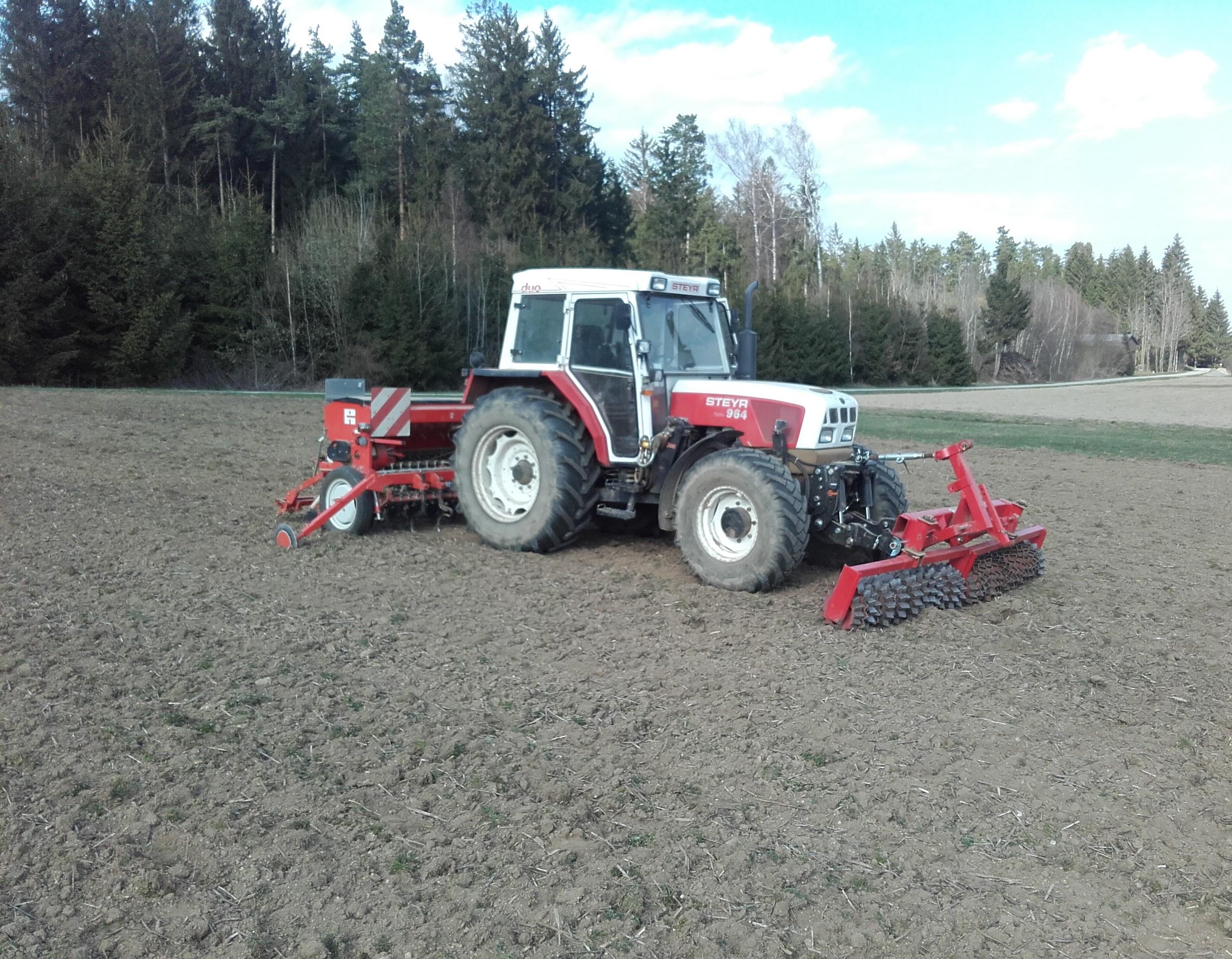 Traktor mit Prismenwalzen - Sämaschinen- Kombination