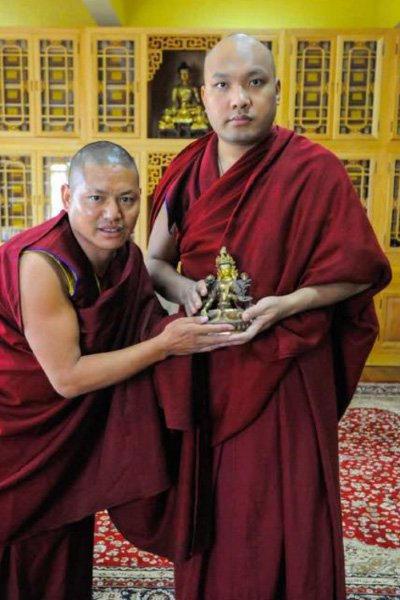 2016 : suprême récompense pour Thargay qui vient d'être honoré par le 17 ieme Karmapa à l'occasion de la fin d'un important cycle d'études.Il a tenu à nous envoyer cette photo en nous remerciant .