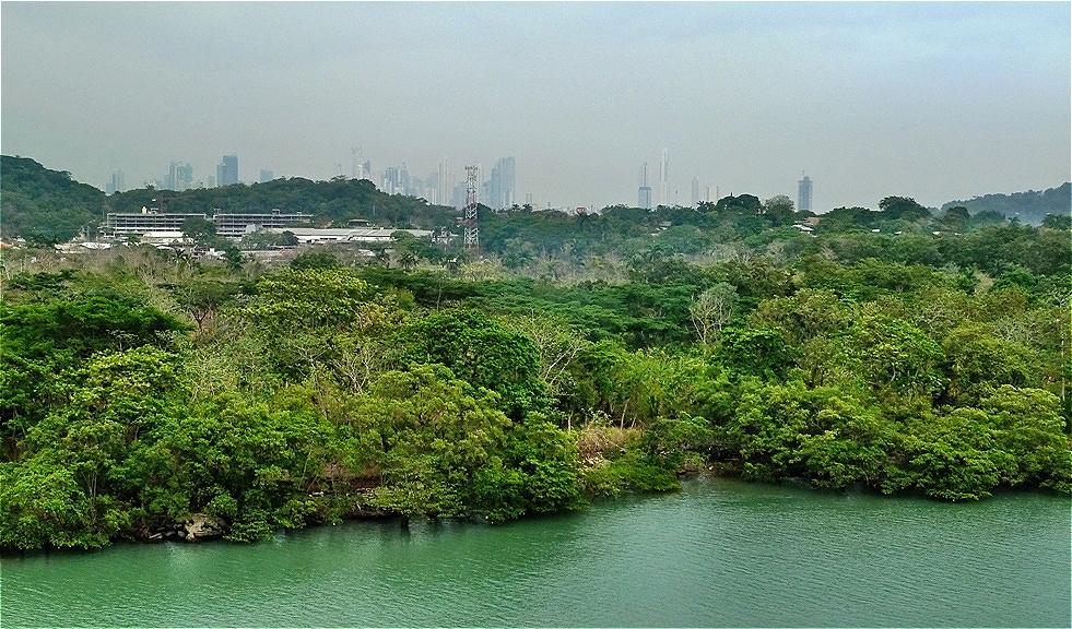 Panama City erscheint im Dunst