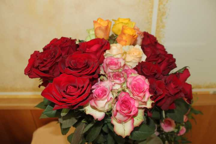 Alle Muttis wurden zum Abschluss mit einer Rose beglückt.