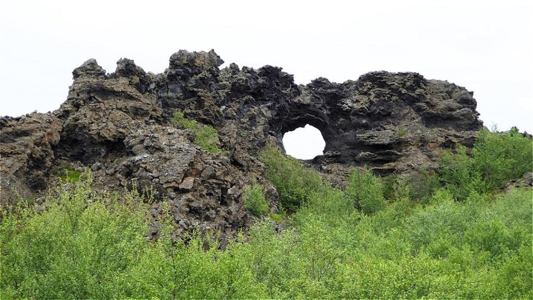 Tor in erstarrter Lava