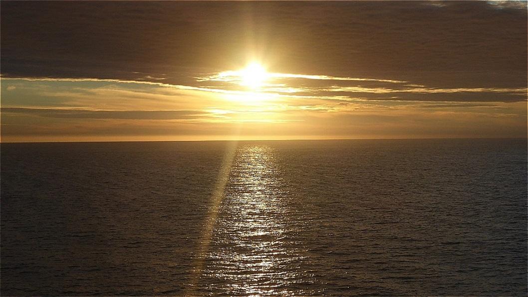 ...sie wandert dem Horizont entgegen ...
