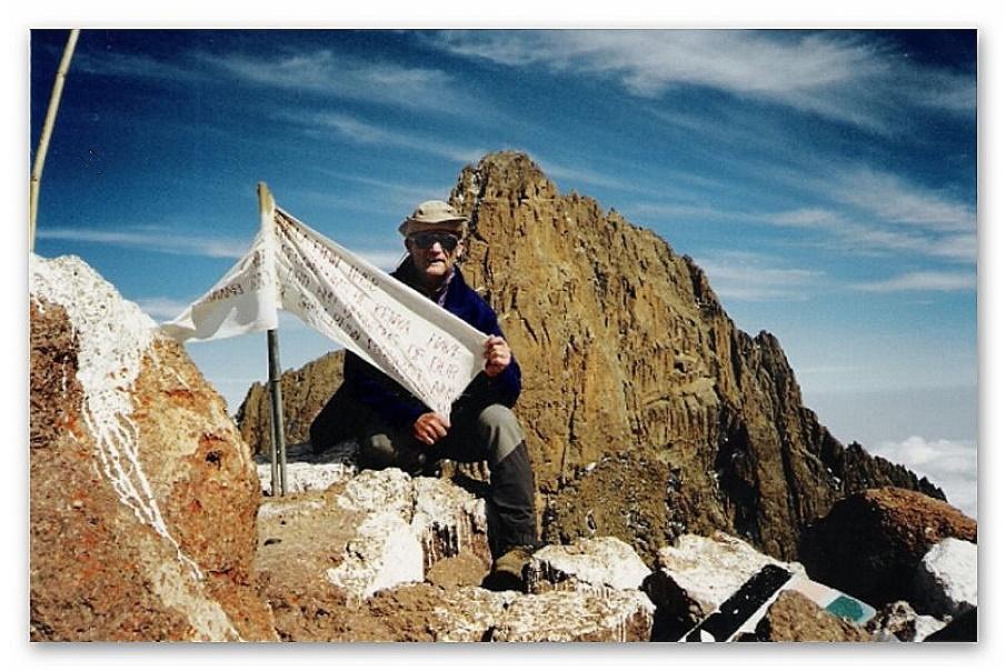 Point Lenana Gipfel 4.985 m. Im Hintergrund der Batian, der höchste Gipfel des Mount Kenia mit 5199 m