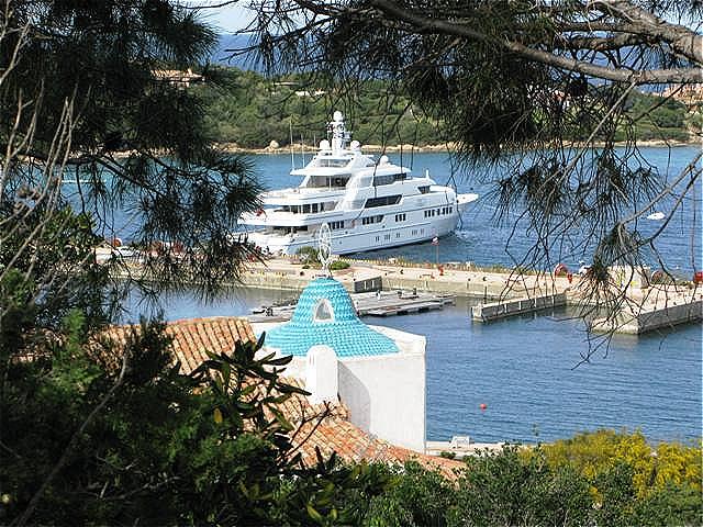 Teure Yachten liegen im Hafen vor Anker