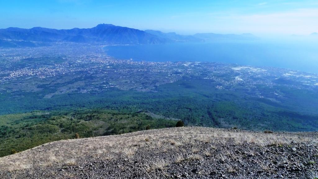 Kurz unter dem Kraterrand Blick nach Süden auf den Golf von Neapel und den Golf von Sorrent