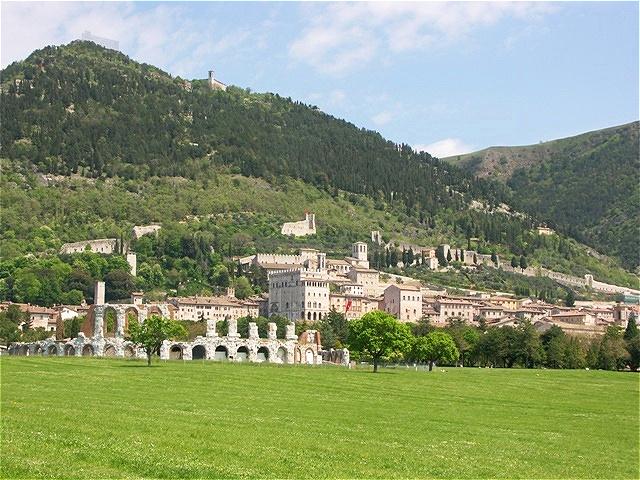 Gubbio -  im Vordergrund das römische Theater