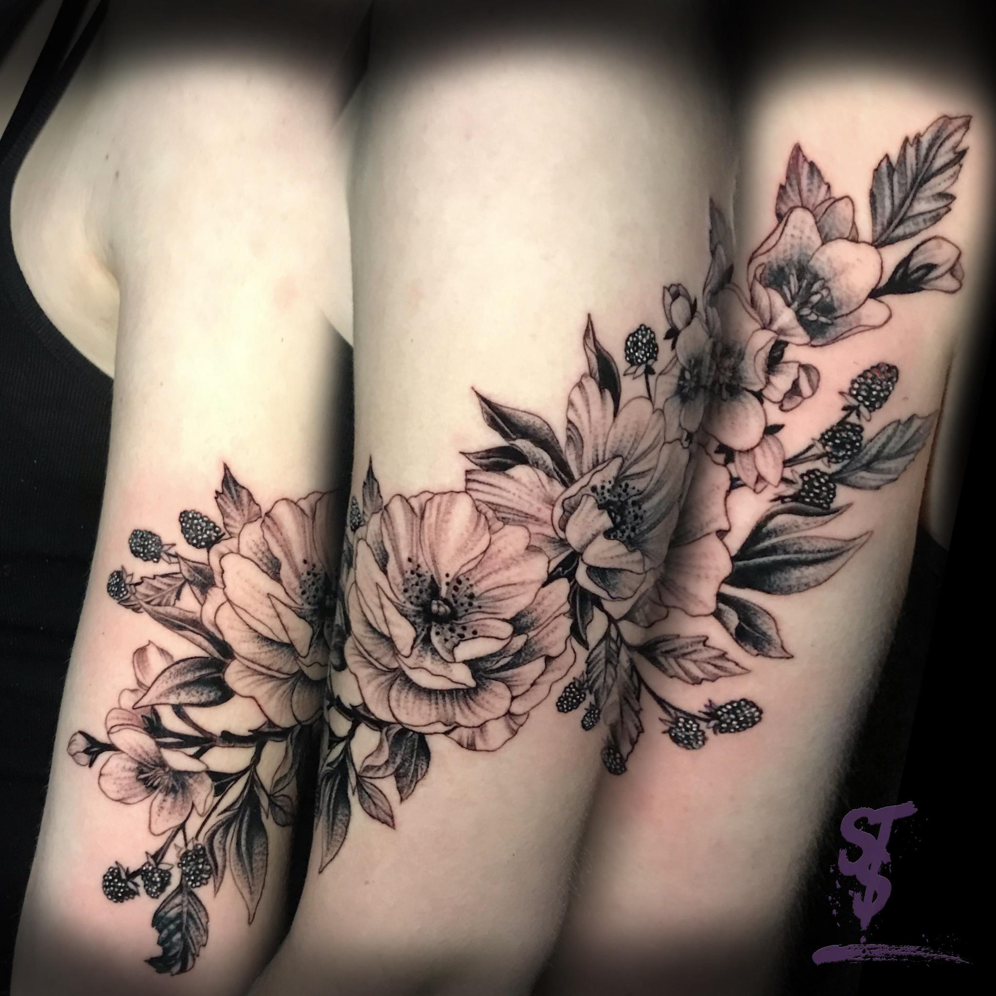 Flower Blume Pflanze Oberarm black white Tattoo