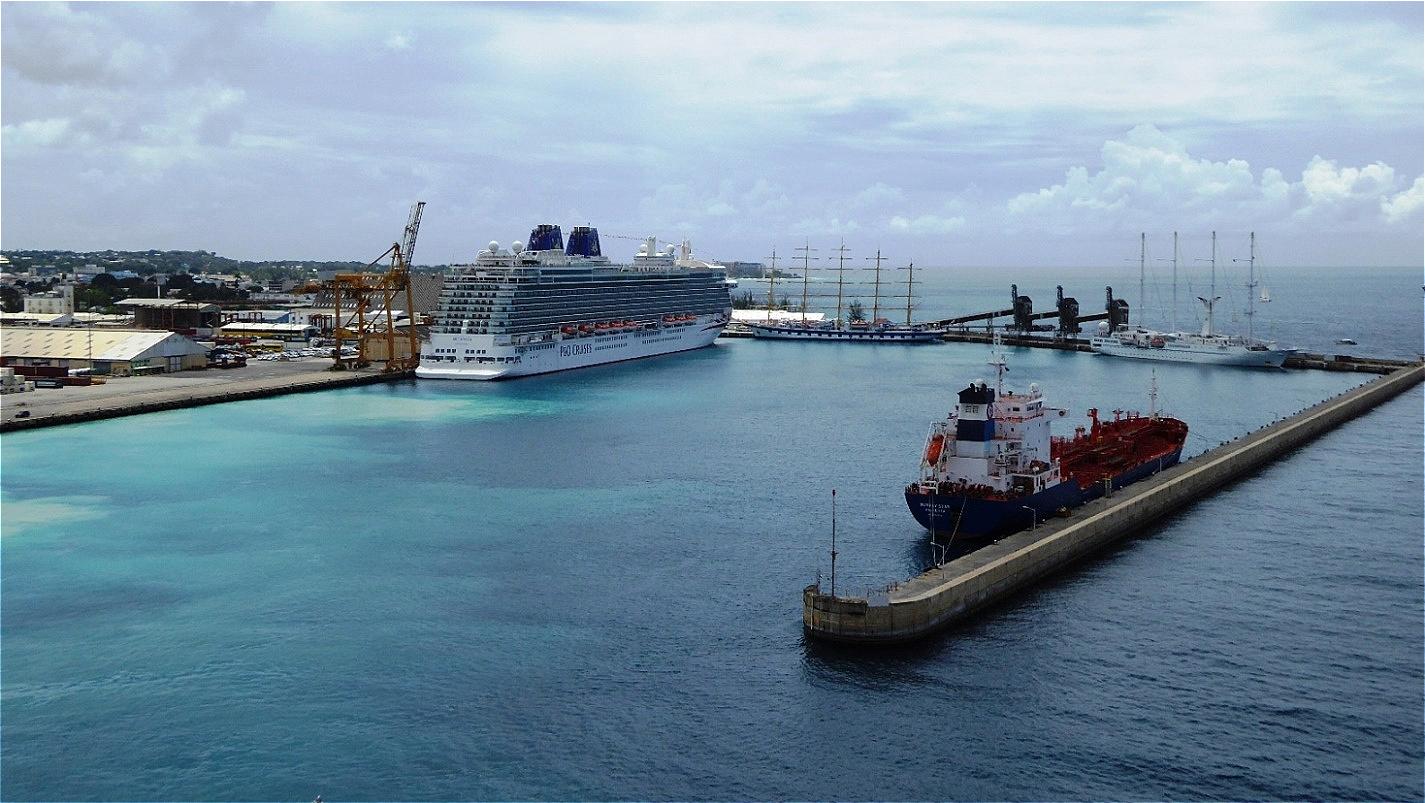 Langsam gleitet das Schiff aus dem Hafenbecken