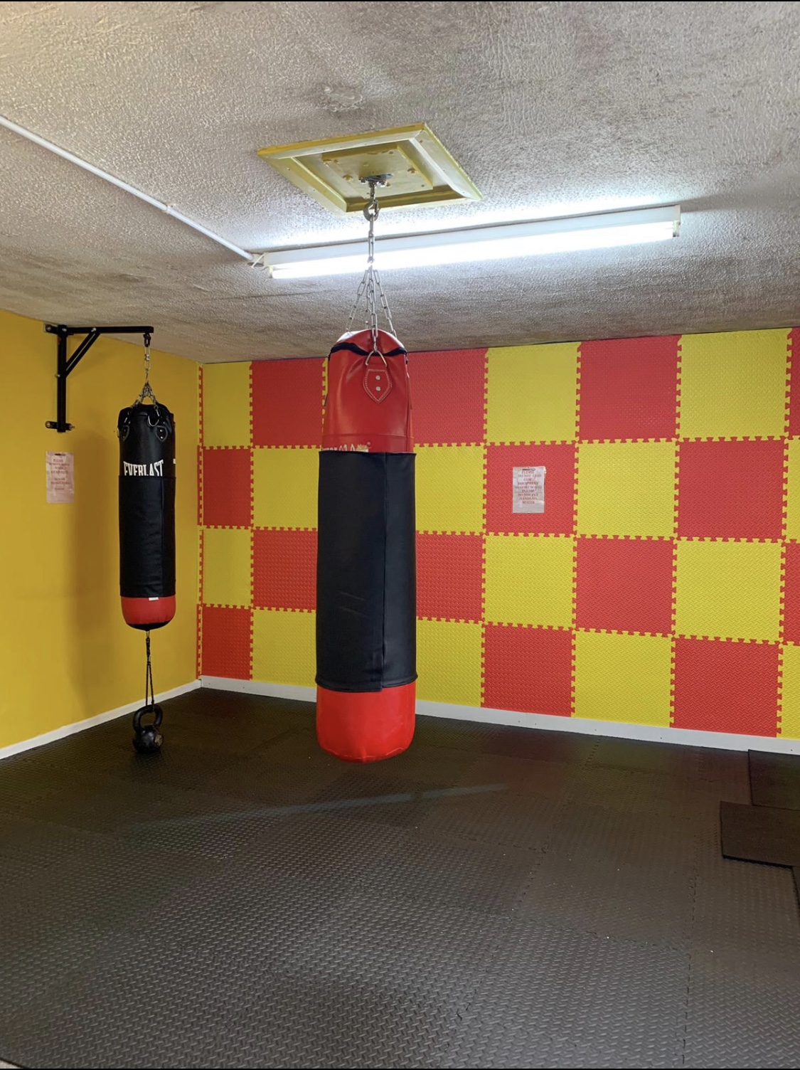 https://0501.nccdn.net/4_2/000/000/081/4ce/boxing-room.jpg