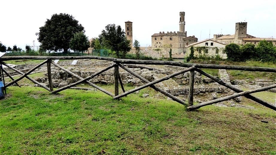 """Der """" Parco Archeologico"""" mit  Mauerresten aus der Zeit der Etrusker"""