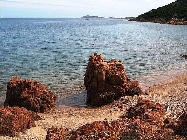 Die Küste ist stark zerklüftet und hat neben vielen schroffen Felsen auch einige feine Sandstrände
