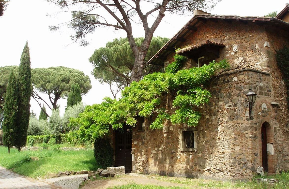 Vorbei an antiken Bauten