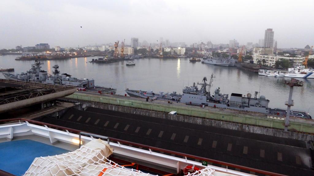 Morgendämmerung im Militärhafen von Mumbai