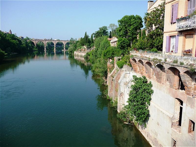 Der Fluss Tarn Albi liegt rund 80 Kilometer nordöstlich von Toulouse in der Mitte Südfrankreichs