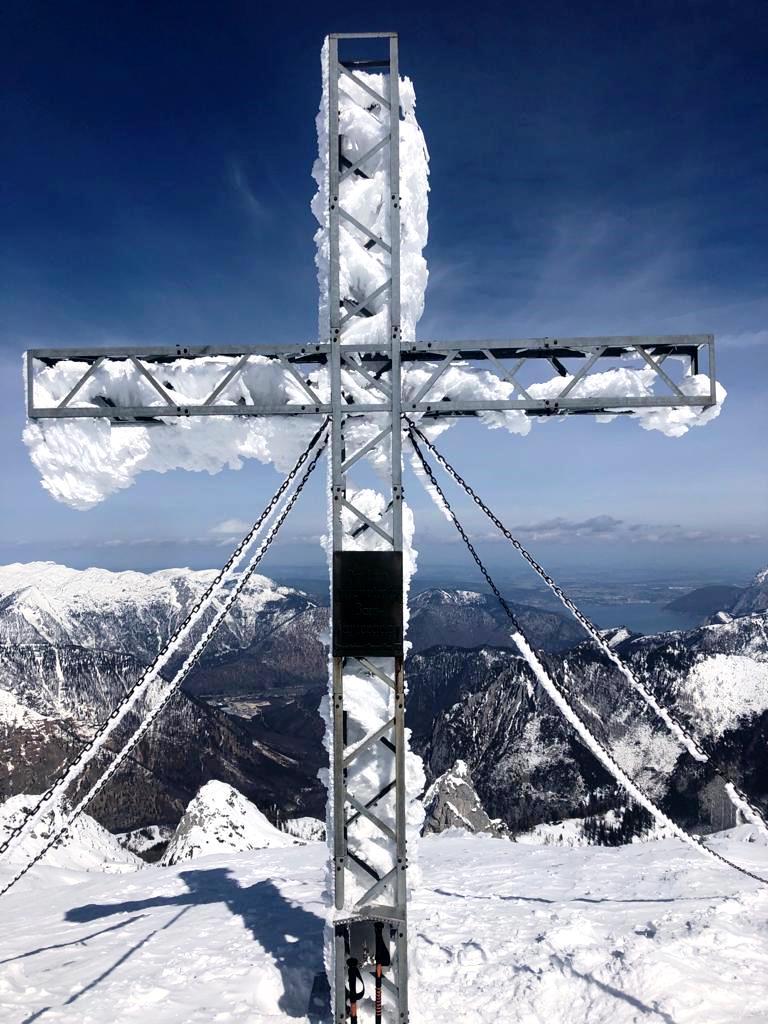 Das wuchtige Gipfelkreuz