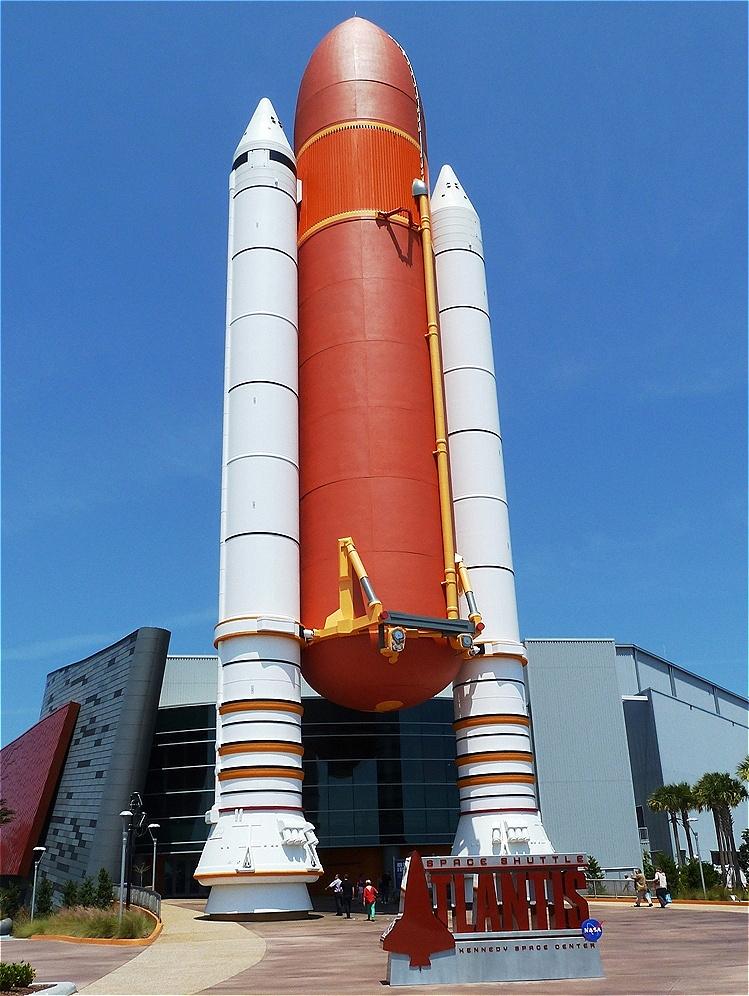 Flüssigkeitstank und Feststoffraketen des Space Shuttles