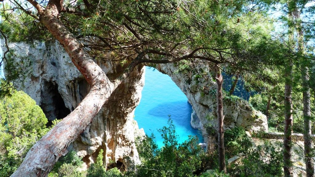 """Naturwunder """"Arco Naturale"""" - Rest einer eingestürzten Grotte"""