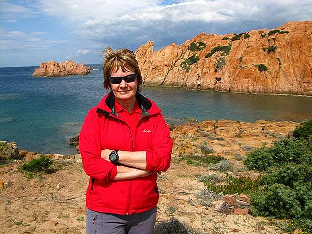 Rote Granitfelsen geben diesem Küstenabschnitt seinen Namen