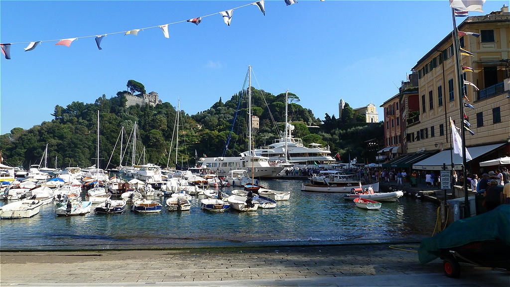 Der Yachthafen - die exponierte landschaftliche Lage des Naturhafens hat  den Ort weltbekannt gemacht